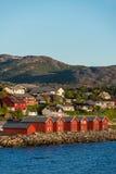 Maisons rouges sur la baie d'Alta, Norvège Images stock