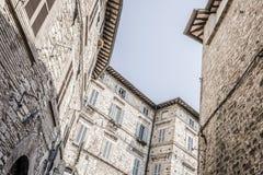 Maisons résidentielles typiques dans la ville d'Assisi, Italie Photographie stock