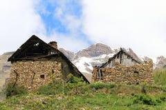 Maisons ruinées dans la petite hameau Dormillouse, les Hautes-Alpes françaises images stock