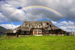 Maisons ruinées par Ukrainien dans les Carpathiens Photo stock