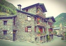 Maisons rurales de l'Andorre de brique foncée traditionnelle typique - carte postale l Images libres de droits