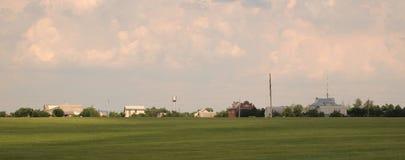 Maisons rurales par champ de blé Photographie stock