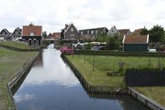 Maisons rustiques le long d'un canal dans Marken, Pays-Bas Images stock