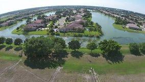 Maisons suburbaines dans la vue aérienne de la Floride banque de vidéos