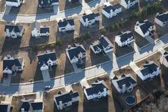 Maisons suburbaines modernes en uniforme aériennes photos libres de droits