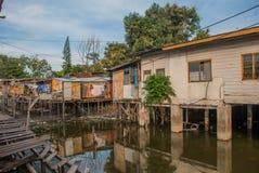 Maisons sur des échasses Kota Kinabalu, Sabah, Malaisie photographie stock