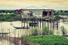 Maisons sur des échasses sur le village de flottement du Kampong Phluk, Tonle Photographie stock libre de droits