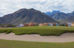 Maisons sur un terrain de golf Photographie stock libre de droits