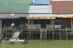 Maisons thaïlandaises de style sur le marché de flottement images libres de droits