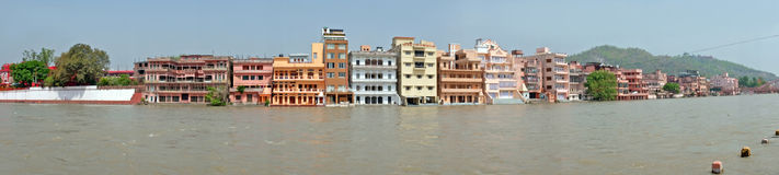 Maisons traditionnelles à la rivière le Gange chez Haridwar dans l'Inde Photos libres de droits