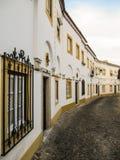 Maisons traditionnelles blanches et jaunes région à Evora, l'Alentejo, Portugal Photographie stock libre de droits