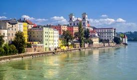Maisons traditionnelles colorées sur la rivière d'auberge dans la vieille ville historique Passau, Allemagne image libre de droits
