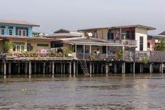 Maisons traditionnelles d'échasse sur la rive de Chao Phraya Images libres de droits