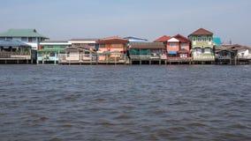 Maisons traditionnelles d'échasse sur la rive de Chao Phraya Photographie stock