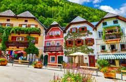 Maisons traditionnelles de place du marché central de Hallstatt Autriche photos stock