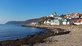 Maisons traditionnelles sur la plage en Suède du sud Photographie stock