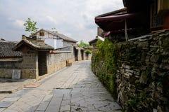 Maisons tuile-couvertes âgées le long de la rue en pierre en ressort nuageux photographie stock libre de droits