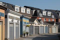 Maisons urbaines avec des trappes de garage photos stock
