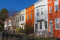 Maisons urbaines colorées sous le soleil de ressort avant coucher du soleil, Washington DC, Etats-Unis Photo libre de droits