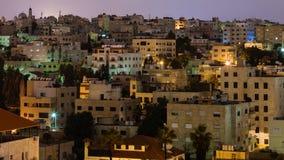 Maisons urbaines dans la ville d'Amman dans la nuit Image libre de droits