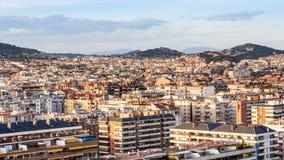 Maisons urbaines dans la ville de Barcelone sur le coucher du soleil Photographie stock libre de droits