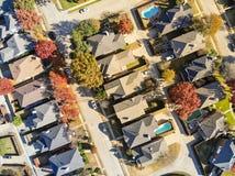 Maisons urbaines de subdivision de vue aérienne avec des feuilles de piscine et d'automne près de Dallas images stock