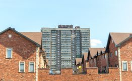 Maisons urbaines modernes chères et un immeuble Image libre de droits