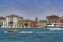 Maisons vénitiennes dans le tour de canal de Giudecca de vallée photo libre de droits