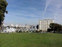 Maisons victoriennes peintes de Laides à San Francisco images stock