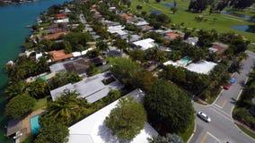 Maisons visuelles aériennes de terrain de golf de Miami Beach banque de vidéos