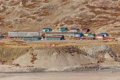 Maisons vivantes sur la colline, règlement de Kangerlussuaq Photographie stock libre de droits