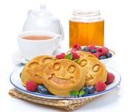 Maispfannkuchen mit Beeren, Tee, Honig, lokalisiert Stockfoto