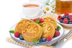 Maispfannkuchen mit Beeren, Tee und Honig Stockfotos