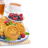Maispfannkuchen mit Beeren zum Frühstück Stockbild
