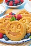 Maispfannkuchen mit frischen Beeren zum Frühstück Lizenzfreie Stockbilder