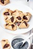 Maisplätzchen mit Paste vom Mohn und von den Trockenfrüchten, strenger Vegetarier Lizenzfreie Stockfotos