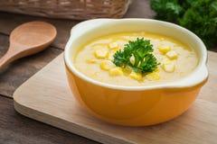Maissuppe in der Schüssel Stockbilder