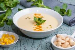 Maissuppe und Acajounüsse Stockbilder