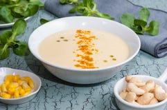 Maissuppe und Acajounüsse Stockfoto