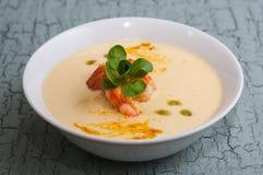 Maissuppe und Acajounüsse mit Garnelen Stockfoto