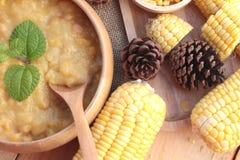 Maissuppe von kondensiert in einer hölzernen Schüssel lizenzfreies stockfoto