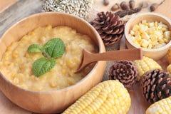 Maissuppe von kondensiert in einer hölzernen Schüssel stockfotos