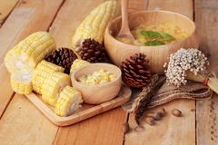 Maissuppe von kondensiert in einer hölzernen Schüssel stockbilder
