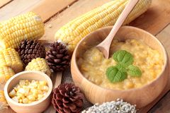 Maissuppe von kondensiert in einer hölzernen Schüssel stockfoto
