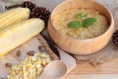 Maissuppe von kondensiert in einer hölzernen Schüssel lizenzfreie stockfotografie