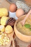 Maissuppe von kondensiert in einer hölzernen Schüssel stockbild