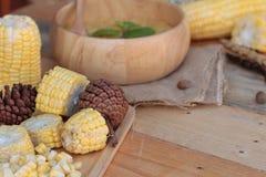 Maissuppe von kondensiert in einer hölzernen Schüssel stockfotografie