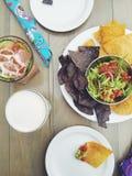 Maistortilla-chips und -guacamole auf Tabelle mit Cocktails Stockbild