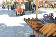 Maisverkäufer, -nahrungsmittel und -straßen von Istanbul, die Türkei Stockfotografie