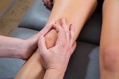 Maitland膝盖在妇女腿的疗法按摩 图库摄影